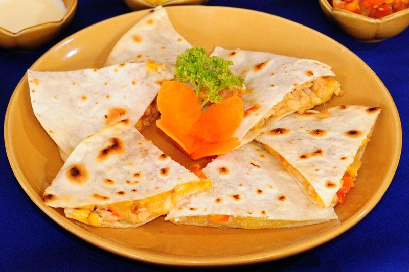 рецепт рулетиков на закуску в мексиканской лепешке