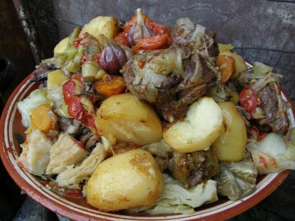 Басма, или тушеное в казанке мясо с овощами сало, сетка